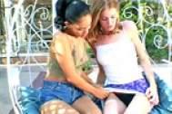 Dos jovencitas sexys jugando con sus juguetitos